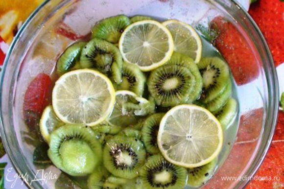 Смешать киви с лимоном, соком и зернышками кардамона, засыпать сахаром и оставить на 1 час.