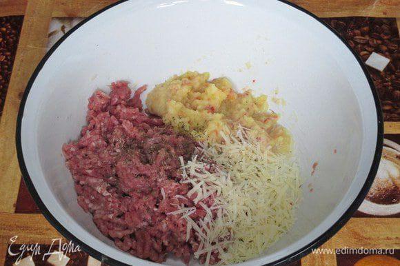 Из филе индейки приготовьте фарш рубленный или прокрученный в мясорубку в насадку с крупными ячейками вместе с яблоком. Добавьте тертый сыр и по желанию желток. Вымесите.
