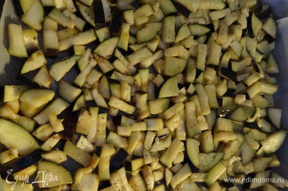 Переложить баклажаны в большую миску. Посолить, поперчить и смазать оливковым маслом так, чтобы каждый кусочек был им покрыт. Выложить баклажаны на противень, застеленный пекарской бумагой, распределить в один уровень и запечь в духовке до румяного состояния примерно 20-25 минут при температуре 200° C. Можно обжарить баклажаны и на сковороде, но это потребует гораздо большего количества масла. К тому же, запекание баклажан в духовке, экономит время.