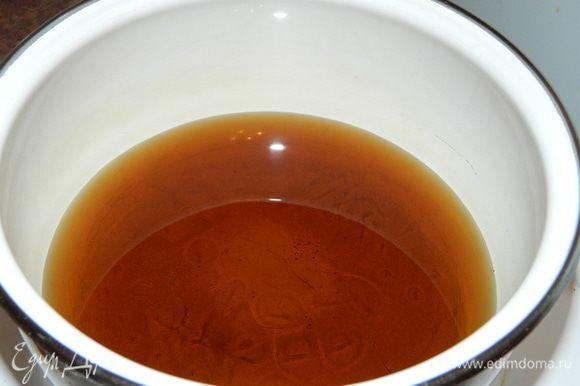 5. В кастрюлю налить кленовый сироп, довести до кипения.
