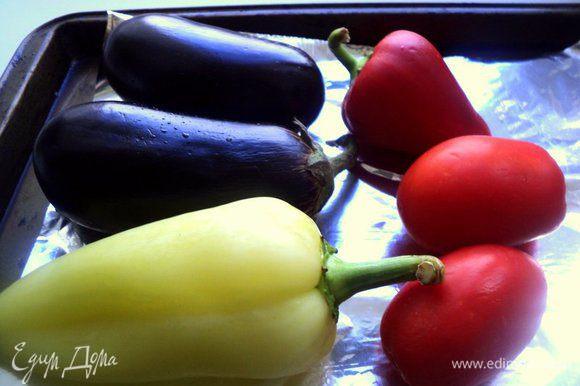 Все овощи помыть и выложить на противень. Поставить в нагретую до 220 градусов духовку и запекать: помидоры в течение 30 минут, а перец с баклажанами около 50 минут.