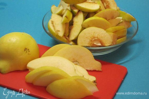 Тщательно вымыть плоды айвы. Нарезать дольками вместе с семенами.