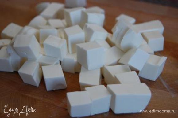 Сыр нарезать небольшими кубиками.