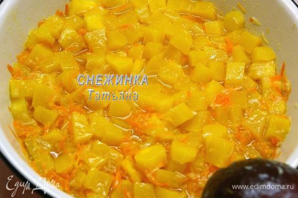 По истечении времени к кабачкам добавляем морковь и чеснок, перемешиваем и варим всё ещё 5 минут. Всё. Огонь выключаем.