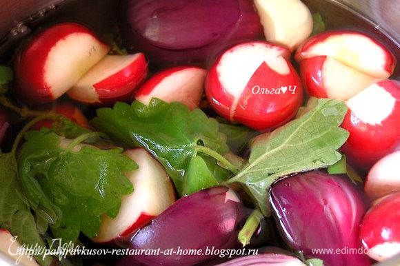 Добавить веточки мяты и подготовленные овощи, снова довести до кипения (не кипятить!), снять пенку, откинуть овощи на дуршлаг. Маринад поддерживать при 80*С на маленьком огне.