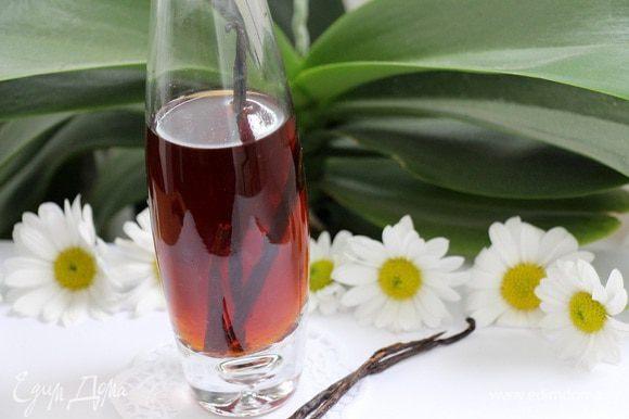 Со временем жидкость начнет темнеть и насыщаться ароматом ванили. По прошествии указанного времени экстракт готов, палочки ванили можно извлечь и поместить в банку с сахаром, для его ароматизации.