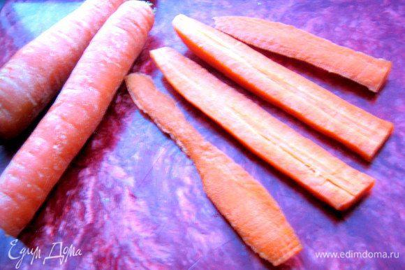 И снова морковка! Почистим,разрежем на тонкие ломтики для начала.