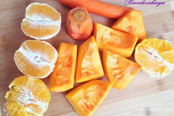 Подготовить фрукты и овощи. Морковь вымыть и очистить. Апельсин очистить от кожуры и разделить на две части.