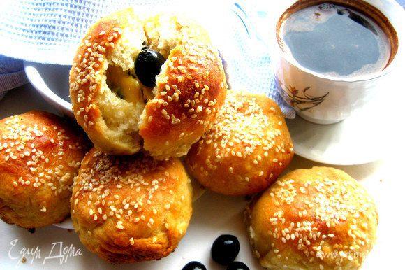 Сын отнёс пару горячих булочек другу и написал эсэмэску, что булочки супер и им очень понравились)))