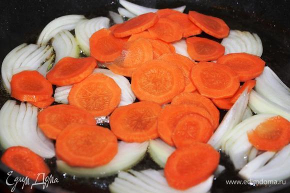 Лук, морковь и сельдерей очистить. Лук нарезать перышками, морковь кружочками, сельдерей тонкими ломтиками. В сковороде, в которой немного вытопился жир из рыбы, поджарить овощи с добавлением сахара для карамелизации (к сожалению, снимок с сельдереем не сделала).