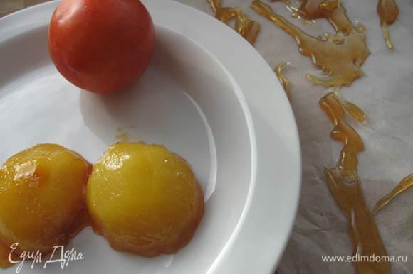 Украсить блюдо. Сливу припустить в меду. Из смеси сахара, воды, лимонного сока сварить сироп. Застелить пергаментом рабочую поверхность, ложечкой или другим удобным инструменом нанести узоры горячим сиропом и дать застыть.