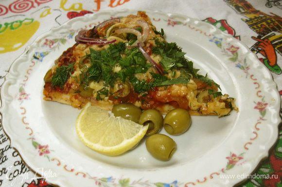 Готовую горячую пиццу выложил на деревянную доску и посыпал зеленью и кусочками сладкого лука, маринованного в оливковом масле. Тесто получилось пышное и мягкое. Нежная телятина пропиталась душистым соусом и сыром. Перец только слегка размягчился, а оливки добавили свой аромат и вкус. С огромным удовольствием съел два больших куска с бокалом красного полусухого вина. Пиццу надо есть пока она горячая. Пойду соседку угощу, у нее муж в командировке, она сидит одна, голодает.