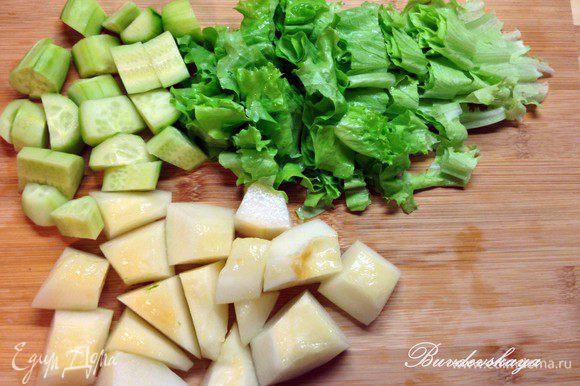 Нарезать достаточно крупно дыню, огурцы и салат.