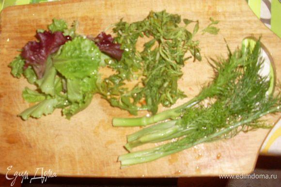 Тем временем помыть салаты и фенхель. Нарезать фенхель, порвать салат.