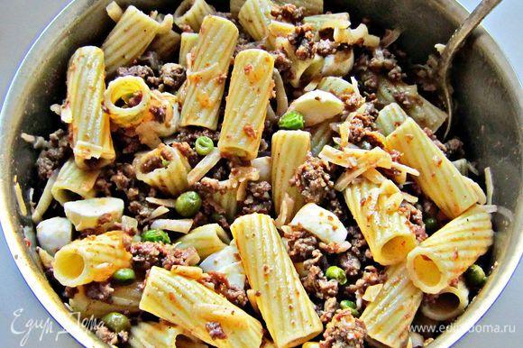 Добавить макароны в сковороду с фаршем. Снять с огня, добавить моццареллу и натёртый на крупной тёрке сыр, перемешать.