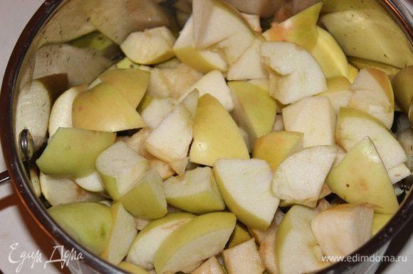 Яблоки и груши вымыть, очистить, и разрезать каждый фрукт на 4 части, удалить сердцевину и нарезать кубиками.