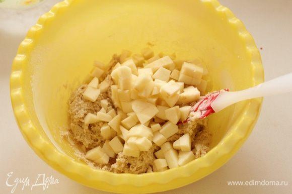 Добавляем порезанные и очищенные яблоки.