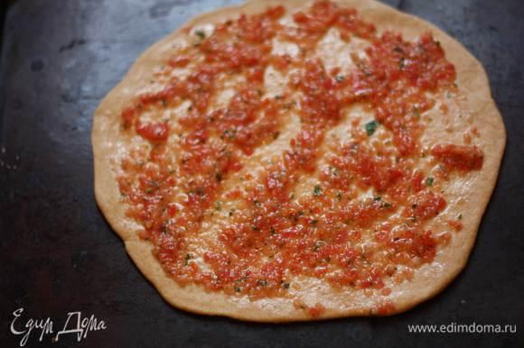 Раскатаем тесто в круг толщиной 0,5 см, намажем основу соусом и поставим в разогретую до 180 градусов духовку на 5-7 минут.