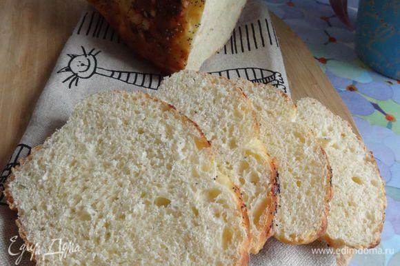 Даю хлебу остыть, перевернув его вверх дном или положив «на бок», и накрыв полотенцем. И наслаждаюсь вкусным, домашним и ароматным хлебушком.