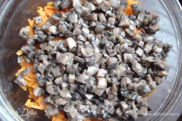 Затем грибы с луком. Все перемешать.