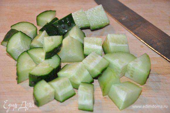 Огурцы порезать большими кубиками.