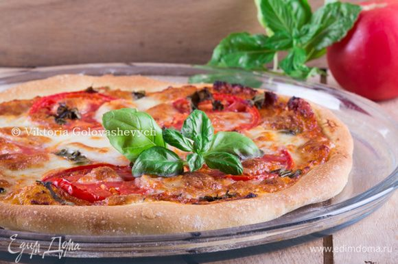 Отправить пиццы в разогретую духовку. Брызнуть с помощью пульвелизатора в духовку воду для создания влажной атмосферы. Уменьшите температуру в духовке до 240 ° C и выпекать в течение 10-12 минут, пока края не станут золотистыми.