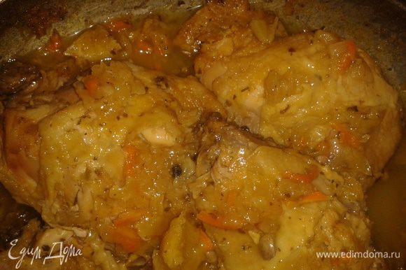 Вымыть курицу, посолить, выложить на сковородку, добавить цедру лимона, апельсина, лук и потушить, накрыв крышкой 40 минут.