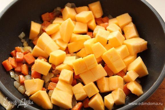 Тыкву нарезаем на кубики ,добавляем к моркови, тушим под крышкой мин 5.