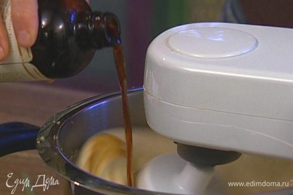 Желтки с сахаром соединить в чаше комбайна, добавить ванильный экстракт и взбить все на максимальной скорости.