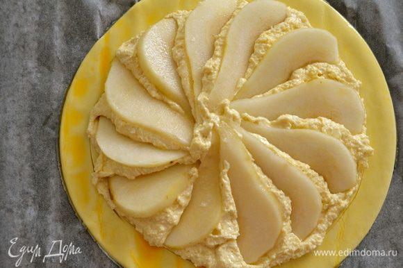 Выложить груши по поверхности пирога по кругу... Присыпать слегка сахарной пудрой...