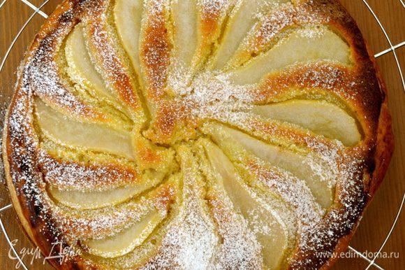 Выпекать пирог до золотистого цвета и мягкости груш, минут 35-45 (ориентироваться по своей духовке!) Дать пирогу немного остыть, можно смазать груши еще оставшимся сиропом, я присыпала немного сахарной пудрой.