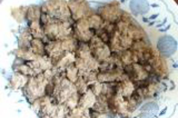 Печень промыть, порезать и обжарить на растительном масле. Посолить, поперчить.Когда остынет, мелко порезать.