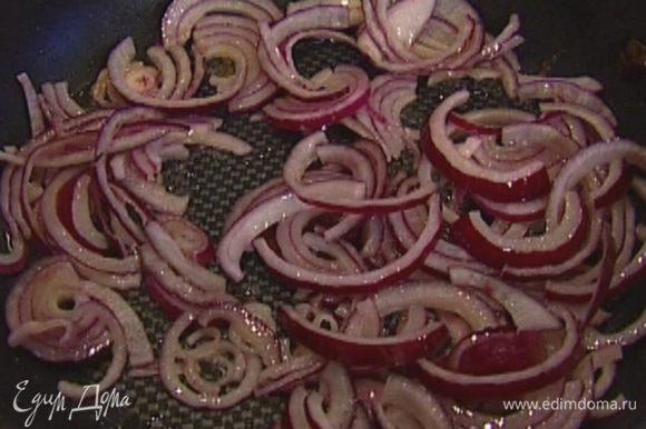 В сковороде вок разогреть оливковое масло и обжарить лук.