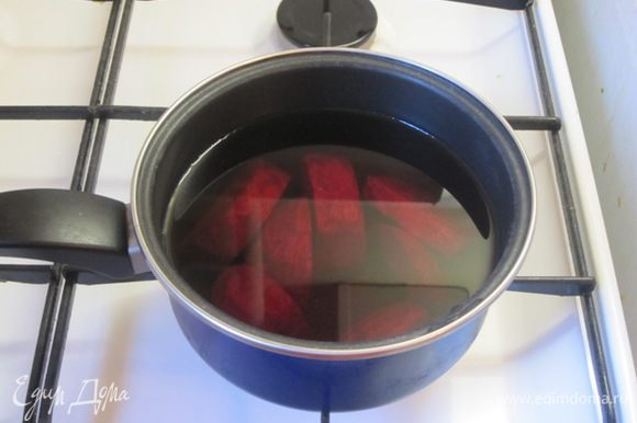 Для желе свеклу средних размеров очистить, нарезать на небольшие кусочки, а можно и натереть на крупной терке, залить водой, примерно 0,5 литра. Отварить до готовности, отвар - 400 мл, слить, остудить.