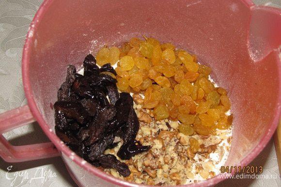 Просеять муку, добавить разрыхлитель, соль. Добавить нарезанный чернослив, нарубленные орехи и изюм. Перемешать. Влить смесь из кастрюльки в смесь с мукой. Перемешать. Выложить в форму, запекать при температуре 180 *С до готовности.