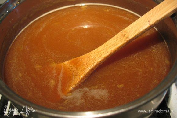 Вольем ее в яблоки. Проварим яблочную смесь еще 5 минут, и перетрем ее блендером до однородности. Добавляем сок половины лимона (лучше полагаться на слой вкус, и добавлять постепенно).