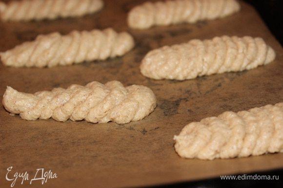 Выложите тсето на выстеленный и смазанный маслом противень длиной 7 см., оставляйте обязательно между печеньями расстояния, потому как при выпечке они расползаются очень сильно. Выпекайте 3-5 минут при температуре 220 гр. С. Охладите на решетке.