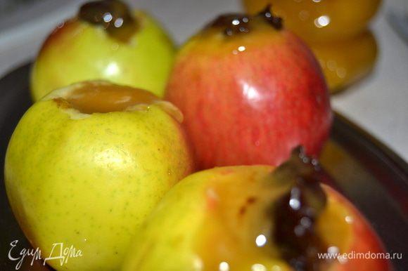 Сверху на чернослив вылить или (если мед густой) выложить по чайной ложки меда.