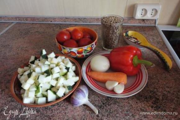 Лук и чеснок очистить и мелко нарезать. Морковь вымыть, очистить и натереть на терке. Перец и картофель или кабачки (или цукини) нарезать кубиками. Чеснок мелко порубить.