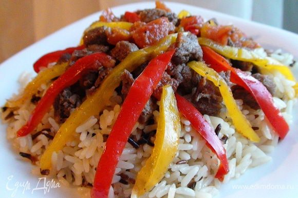 Рис отварить отдельно в подсоленной воде до готовности. Подавать рис, сверху выложив мясное рагу с овощами.