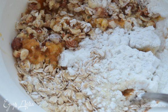 Добавить соду, крахмал, измельченный в блендере орехи, манку и геркулес.
