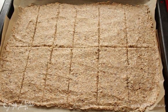 Бумагу для выпечки смазать маслом,размазать тесто ровным слоем около 5мм.Продавить лопаткой линии в тесте.