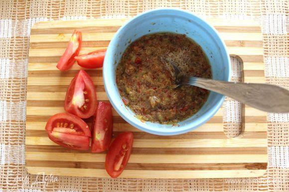 Тем временем, перцы почистить и измельчить в блендере вместе с чесноком и солью. Добавить 1 ст. л. оливкового масла, уксус, вустерский соус, сахар. Все перемешать.