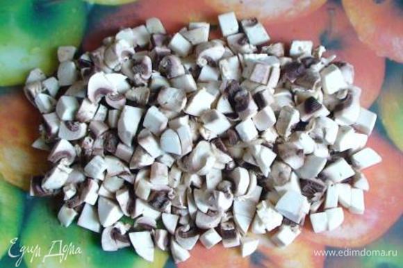 Грибы вымыть, обсушить и нарезать средними кубиками. Немного обжарить на растительном масле до полуготовности.
