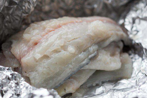 Рыбу моем, чистим и разделываем на филе, оставив кожу. Удаляем все кости, в дорадо это делать не сложно, т.к. они крупные и идут по хребту.