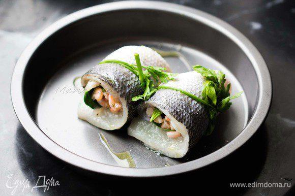 Аккуратно сворачиваем рулеты и перевязываем их веточкой петрушки или зеленого лука. Рулетики укладываем в форму, сбрызгиваем оливковым маслом и ставим в духовку на 10-12 минут при температуре 180 С.