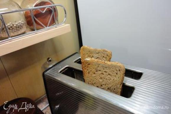 Подсушите хлеб (белый или цельно зерновой – дело вкуса) в духовке или в тостере и натрите разрезанным зубчиком чеснока. Ложкой положите на хлеб перцы и подавайте тёплыми.