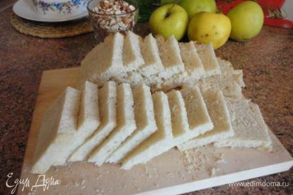 Снимите жёсткую корку с чёрствого хлеба. Нарежьте хлеб на ломтики.