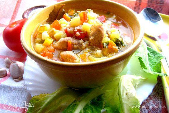 Крупа,настоявшись,слегка загущает суп и приятно пропитывается овощами,поэтому мои мальчишки с удовольствием поели воскресный супчик)))
