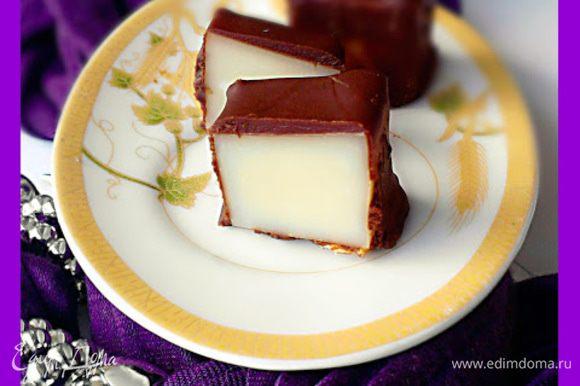 Сыр порезать на кубики размером с половину грецкого ореха или чуть больше Шоколад растопить на водяной бане. Кусочки сыра окунать в горячий шоколад и выложить на промасленный пергамент для застывания.